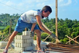 Tijdens de groepsreis voor jongeren kun je helpen met de werkzaamheden op het bouwproject en je Engels verbeteren.