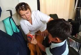Tijdens deze geneeskunde groepsreis voor jongeren kun je helpen bij het doen van basis medische check ups.