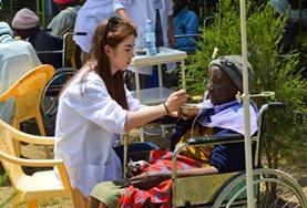 Help mee in een ziekenhuis tijdens de geneeskunde groepsreis voor jongeren naar Kenia.