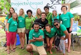 Werk samen tijdens de groepsreis voor jongeren om haaienbescherming in Fiji op de kaart de zetten.