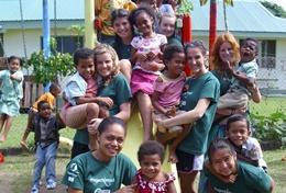 Vrijwilligers doen sociaalwerk met kinderen in een kleuterschool tijdens deze groepsreis voor jongeren naar Fiji.