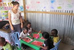 De lokale begeleiders in dagopvangcentra in Zuid-Afrika kunnen de hulp van vrijwilligers goed gebruiken.