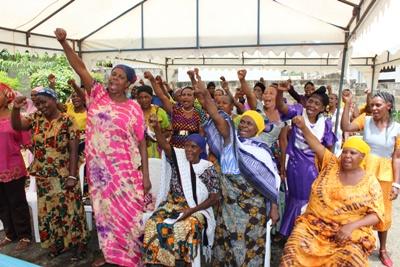 In Tanzania nemen vrouwen deel aan een workshop over vrouwenrechten van het Projects Abroad Human Right Office