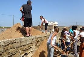 Vrijwilligers helpen bij de bouw en renovatie van klaslokalen en huizen tijdens het bout project in Senegal.