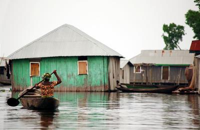 Een lokale inwoner vaart door het water na de overstroming van de cycloon Idai in Mozambique, afgelopen maart