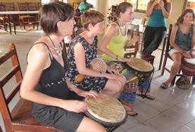 Vrijwilligers leren meer over de lokale cultuur van Togo tijdens creatieve vorming workshops.