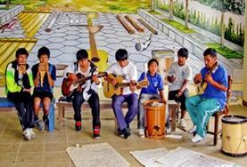 Als vrijwilliger geef je muzieklessen en therapie sessies om deze jongeren in Bolivia meer zelfvertrouwen te geven.