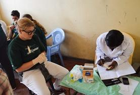 Werk samen met professionele apothekers tijdens een farmacie vrijwilligerswerk project in Kenia.