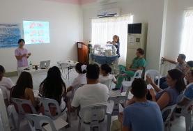 Een fysiotherapie vrijwilliger in de Filippijnen geeft een workshop over behandeltechnieken.