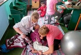 Als fysiotherapie vrijwilliger in Nepal kun je patienten helpen bij de behandeling.