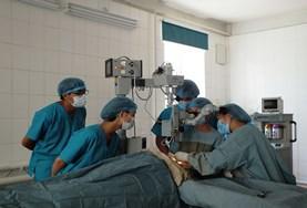 Geneeskunde vrijwilligers leren van medische professionals tijdens hun project in het buitenland.