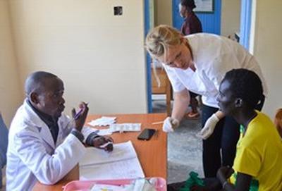 Als geneeskunde vrijwilliger in Kenia kun je meekijken met lokale artsen tijdens medical outreaches.