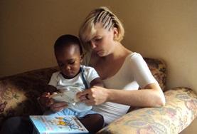 Een logopedie vrijwilliger doet ervaring op en helpt een lokaal kind bij het verbeteren van de spraak.