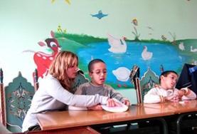 Geef kinderen in Marokko die moeite hebben met communiceren logopedie lessen tijdens vrijwilligerswerk.
