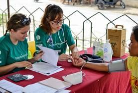 Public Health vrijwilligers helpen bij medische controles in lokale gemeenschappen in het buitenland.
