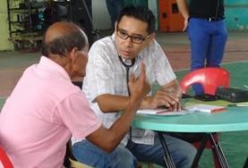 Een vrijwilliger op het Public Health project neemt deel aan medical outreaches naar de lokale gemeenschappen.