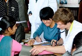 Werk als vrijwilliger samen met lokale verpleegkundigen bij de behandeling van patienten in Nepal.