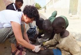 Als verpleegkunde vrijwilliger help je tijdens medical outraches bij de verzorging van wonden van kinderen.