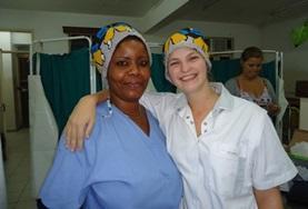 Een vrijwilliger loopt mee met een lokale verpleegkundige en leert meer over de gezondheidszorg in Tanzania.
