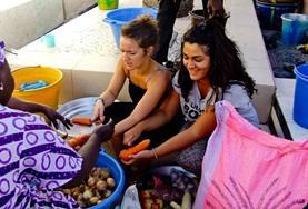 Vrijwilligers van een voeding project overleggen met de lokale bevolking over eetpatronen.