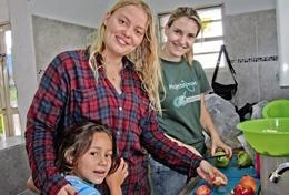 Help als voeding vrijwilliger in Bolivia bij het bereiden van voedzame maaltijden voor de kinderen.