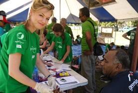 Een voeding en diëtetiek vrijwilliger geeft voorlichting op Fiji over een goede gezondheid.