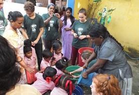 Als vrijwilliger kun je kinderen in Sri Lanka meer leren over hygiene tijdens de groepsreis in de kerstvakantie.