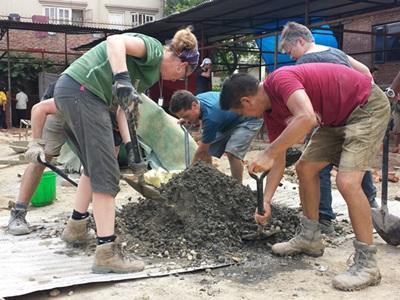 Vrijwilligers op het wederopbouw project in Nepal