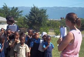 Als vrijwilliger geef je les aan kinderen op basisscholen in Jamaica over rampen en veiligheid.