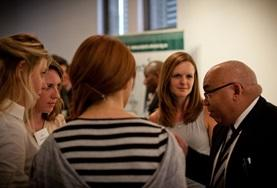 Vrijwilligers luisteren naar experts op het gebied van internationale ontwikkeling in Zuid-Afrika.