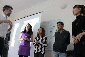 Vrijwilligers van het Internationale Ontwikkeling project in Vietnam luisteren naar een van de partner organisaties.