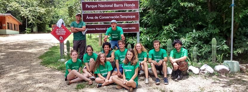 Tijdens een jeugdreis ontdekken scholieren tussen de 12 en 15 jaar een nieuwe cultuur in het buitenland.