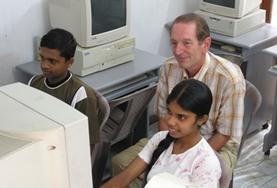 Help als vrijwilliger kinderen en jongvolwassenen in Sri Lanka bij het verbeteren van hun computervaardigheden.