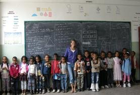 Tijdens lesgeef vrijwilligerswerk in Ethiopië geef je Engelse les aan kinderen.