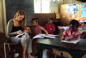 Als vrijwilliger op het lesgeef project in Jamaica help je de lokale docenten bij het nakijken van de gemaakte opdrachten.