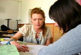 Help scholieren bij hun huiswerk en Engelse les tijdens het lesgeef project voor vrijwilligers in Roemenië.