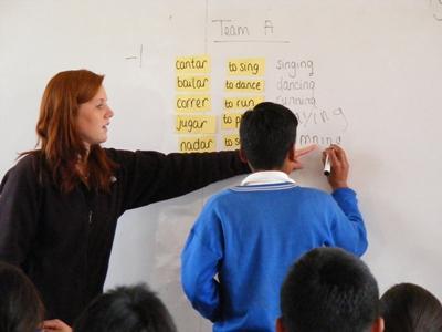 Lesgeven op een school in Peru