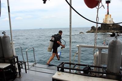 Vrijwilligers doen duikonderzoeken in Thailand