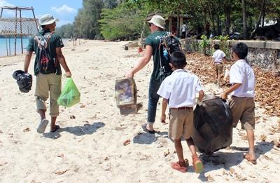 Vrijwilligers op het natuurbehoud project werken met lokale schoolkinderen in Thailand