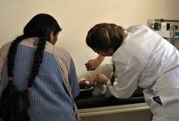 Doe vrijwilligerswerk als arts in Bolivia en behandel patiënten in een lokale medische kliniek.