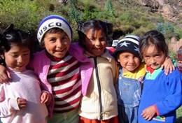 Ervaren diëtisten en voedingsdeskundigen helpen lokale kinderen in Peru bij problemen met ondervoeding.