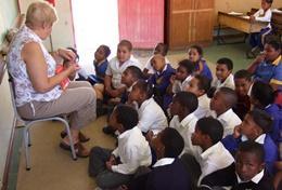 Een professionele docent doet vrijwilligerswerk op een school in Zuid-Afrika.