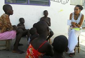 Een vrijwilliger op het mensenrechten project in Togo vertelt kinderen meer over hun rechten.