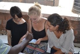 Als je vrijwilligerswerk doet op het HIV/Aids project in Ghana help je onder andere bij medische controles.