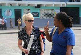 Een vrijwilliger overlegt met een vertegenwoordiger van een lokale organisatie over voorlichting over HIV/Aids.