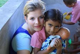 Werk met kinderen tijdens sociaal vrijwilligerswerk in kleuterscholen in Fiji.