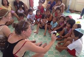Tijdens vrijwilligerswerk op een sociaal project werk je met kinderen in dagopvangcentra in Cebu.