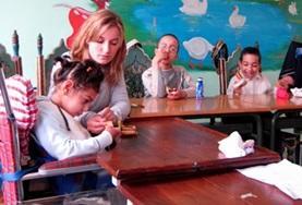 Help de lokale medewerkers bij de zorg voor kinderen met een handicap tijdens dit sociale project in Marokko.