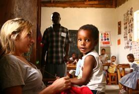 Een vrijwilliger werkt met kinderen in een dagopvangcentrum in Tanzania.