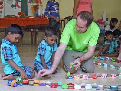 Op Sri Lanks helpt een vrijwilliger bij het organiseren van een knutselmiddag voor de kinderen van een kinderdagverblijf